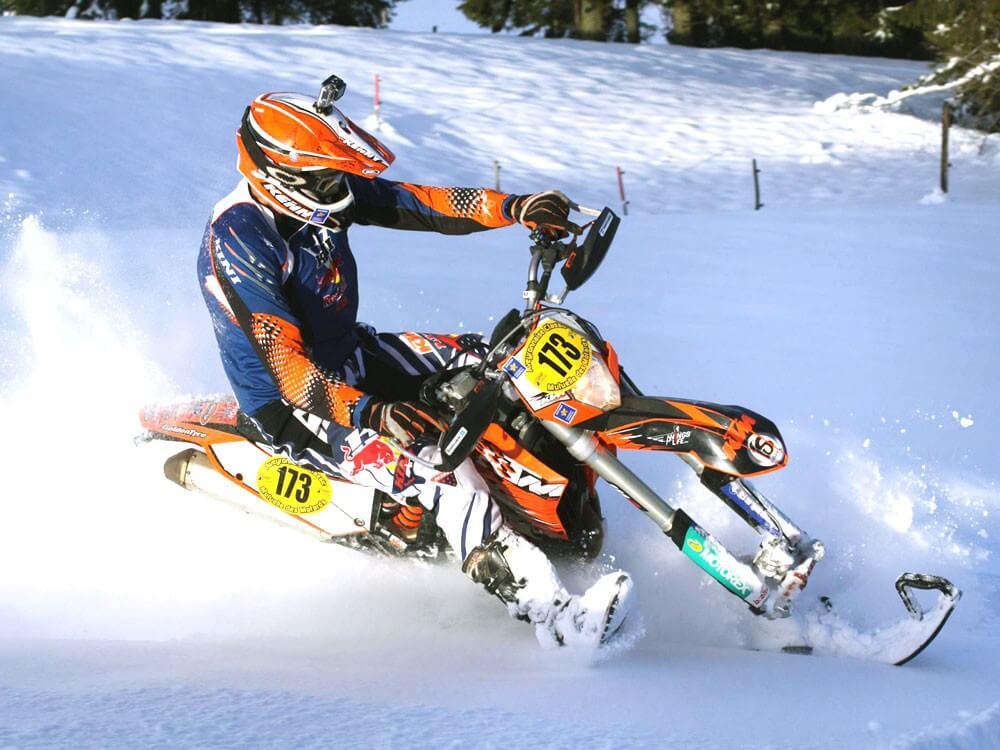 Активный зимний отдых: меняем колеса мотоцикла на гусеницу и лыжу