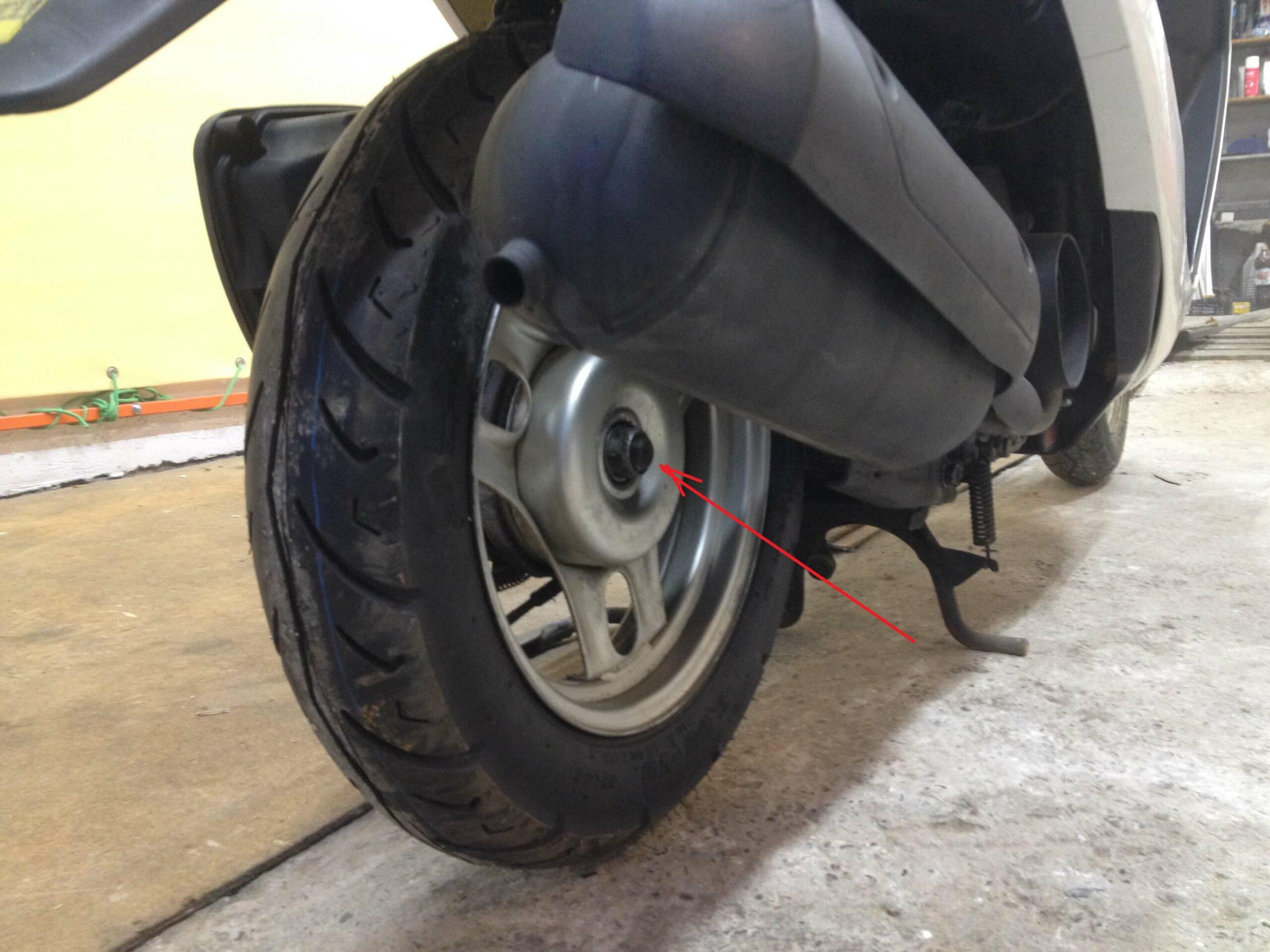 Как снять и поставить заднее колесо на скутере: делюсь своим опытом